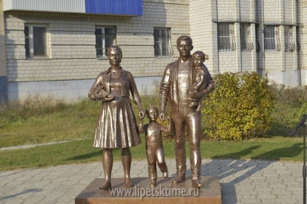 Монумент семье появился вЕльце